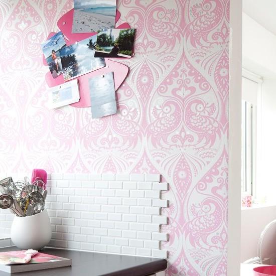 розовые обои для кухни на фото