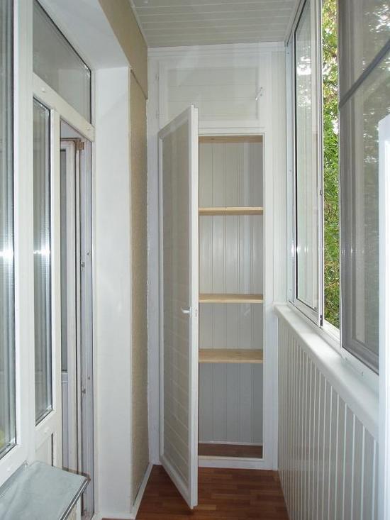 plastikovye-shkafy-na-balkon-01