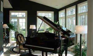 Пианино в интерьере комнаты