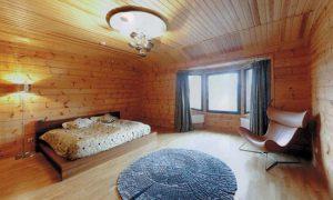 Эркер в интерьере деревянного дома
