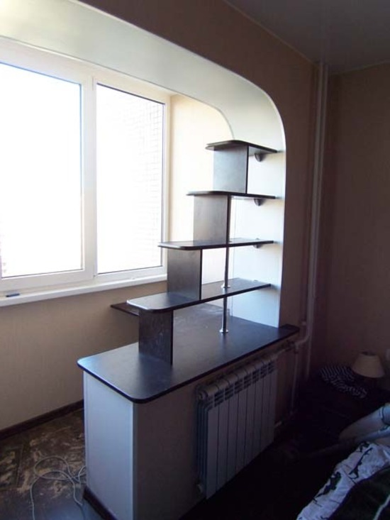 Объединение комнаты и лоджии - арки, барные стойки на фото.