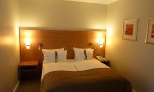 Как украсить интерьер спальни без окна