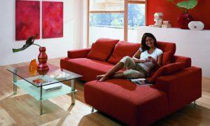 Красный диван в интерьере комнат