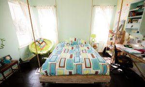 Подвесная кровать в интерьере комнаты