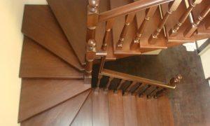 П-образная лестница с забежными ступенями в интерьере