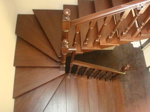 П-образная лестница с забежными ступенями – фото в интерьере