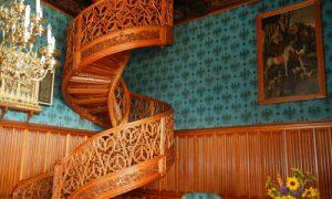 Винтовая лестница на второй этаж в интерьере