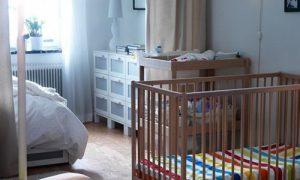 Маленькая спальня родителей с детской кроваткой в интерьере