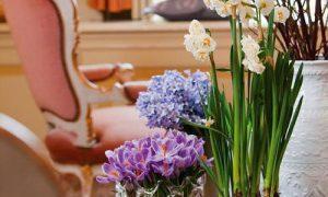 Живые цветы в интерьере квартиры: фото подборка