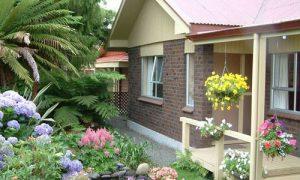 Продумываем дизайн цветника перед домом на даче