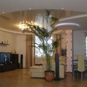 Каким сделать дизайн потолка в гостиной