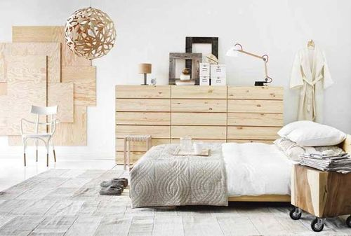 Натуральная мебель цвета бук и обои в интерьере