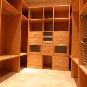 Современные проекты гардеробных комнат - простота и функциональность