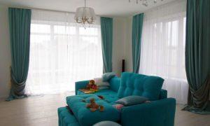 Как оформить гостиную с двумя окнами: популярные варианты
