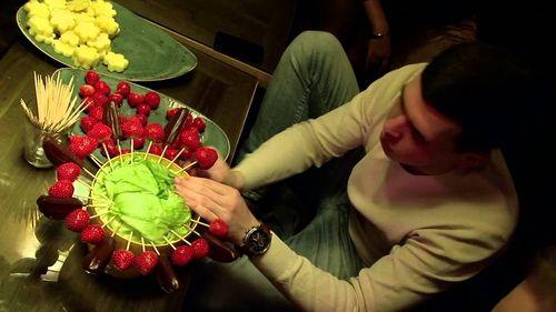 Нанизывание фруктов на палочки