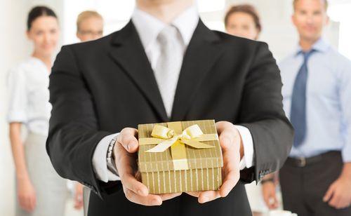 Вручение подарка