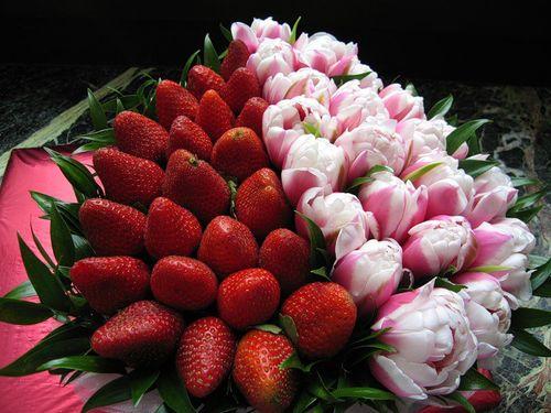 Букет из цветов и клубники