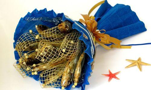 Красиво запакованный букет с рыбой