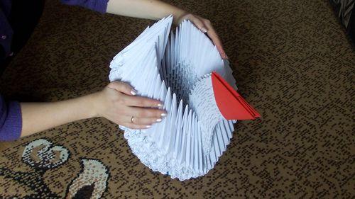 Гигантский лебедь из бумаги