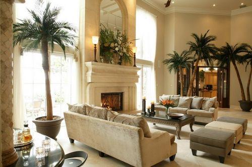 Искусственные пальмы в гостиной