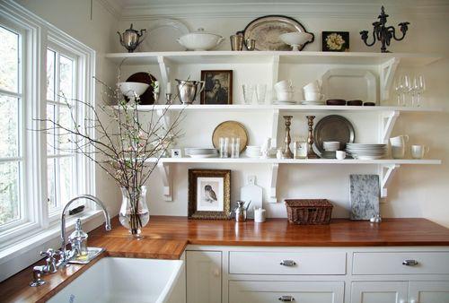 Открытые полки с красивой посудой