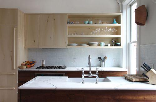 Закрытые и открытые полки на кухне