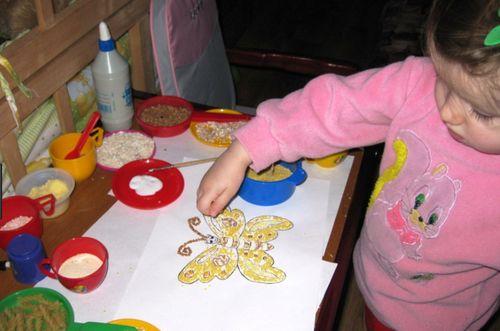 Ребенок рисует злаками