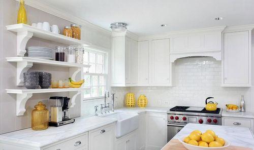 Уютная кухня в белом исполнении