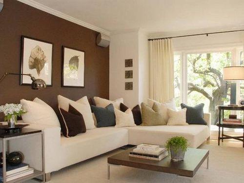 Бежевый диван в обстановке с темно-коричневыми стенами