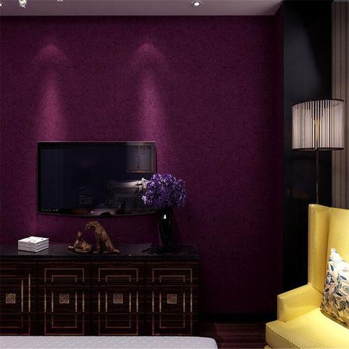 Темно фиолетовые обои в гостиной