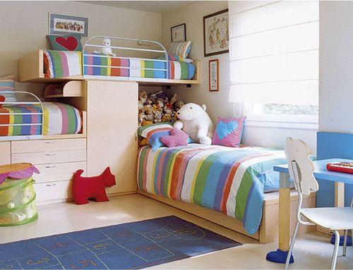 Компактное размещение трех кроватей