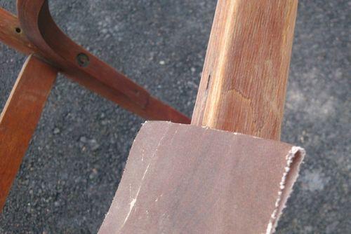 Обработка стула наждачной бумагой