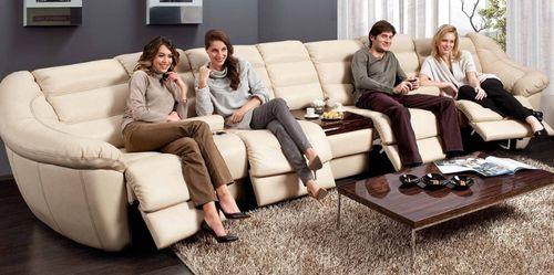 Гости на диване