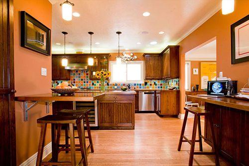 Терракотовый цвет в кухне-столовой
