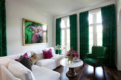 Розовые акценты на фоне зеленых штор