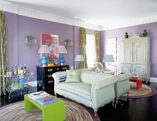 Яркий дизайн сиреневой гостиной